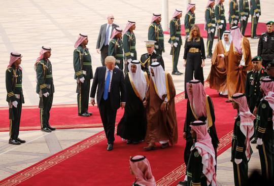 Quốc vương Ả Rập Saudi ra tận sân bay đón ông Trump - Ảnh 4.