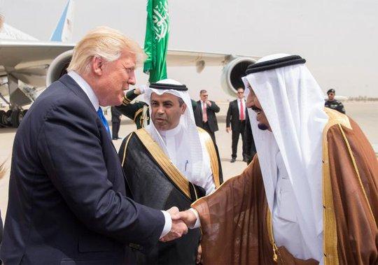 Quốc vương Ả Rập Saudi ra tận sân bay đón ông Trump - Ảnh 3.