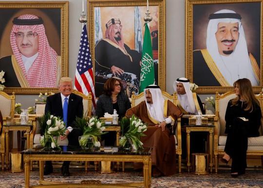 Quốc vương Ả Rập Saudi ra tận sân bay đón ông Trump - Ảnh 6.