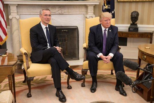 Ông Trump (phải) tiếp ông Jens Stoltenberg tại Nhà Trắng hôm 12-4. Ảnh: The New York Times