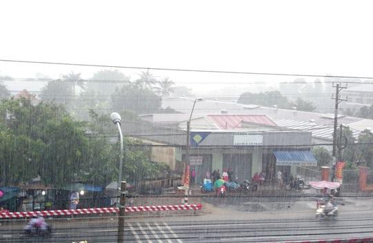 Nhiều người trú mưa ở ven lộ