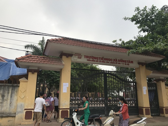 Nhiều phụ huynh đưa con đến Trường tiểu học xã Đồng Tâm sáng 20-4