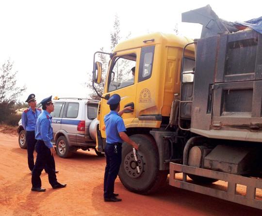 Cán bộ Thanh tra giao thông ở Quảng Bình làm nhiệm vụ
