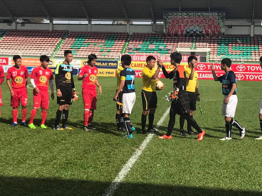 Tiền vệ Tuấn Anh (thứ 4 bên trái) đeo băng đội trưởng trong trận giao hữu giữa HAGL gặp U18 Mito Hollyhock