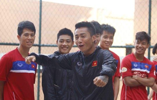 U22 Việt Nam chơi bóng rổ, Hồ Tuấn Tài cười rạng rỡ - Ảnh 1.