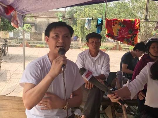 Ông Đặng Văn Cảnh phát biểu trước khi được ra khỏi thôn Hoành - Ảnh: Văn Duẩn