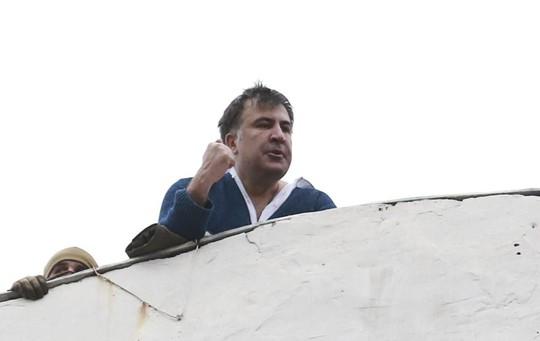 Tình báo Ukraine trèo lên mái nhà bắt cựu tổng thống Georgia - Ảnh 2.