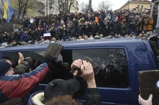 Người ủng hộ ông Saakashvili đập cửa xe