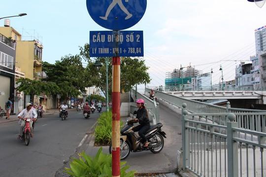 Cầu đi bộ số 2 cũng bị xe máy giành