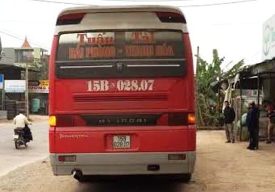Chiếc xe khách chở quá 34 người so với quy định bị lực lượng CSGT Thanh Hóa bắt giữ