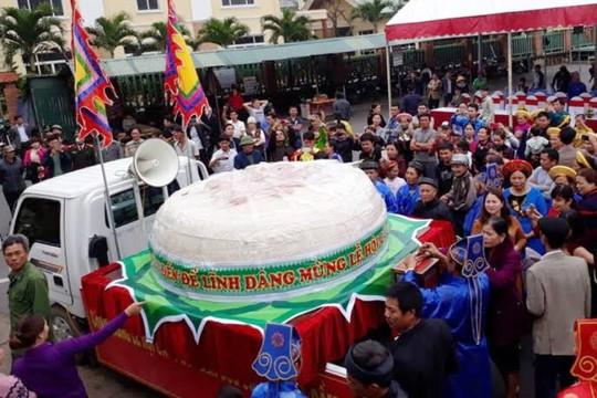 Chiếc bánh dày khổng lồ nặng hơn 2 tấn được người dân thị xã Sầm Sơn (Thanh Hóa) làm để dâng lên vị thần một chân đền Độc Cước