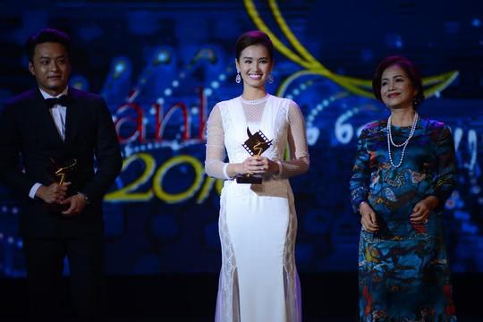 NSƯT Minh Trang không có cúp trong lúc diễn viên Lã Thanh Huyền cười tươi