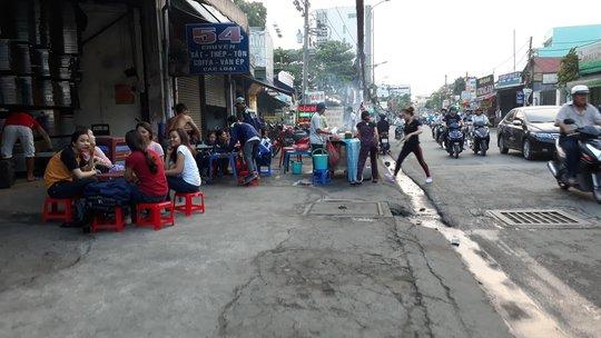Vỉa hè đường Ung Văn Khiêm (phường 25, quận Bình Thạnh) bị chiếm dụng làm chỗ bán đồ nướng trong khi lãnh đạo phường khẳng định thường xuyên kiểm tra cả ban ngày và ban đêm (ảnh chụp chiều 18-4) Ảnh: Sỹ Đông