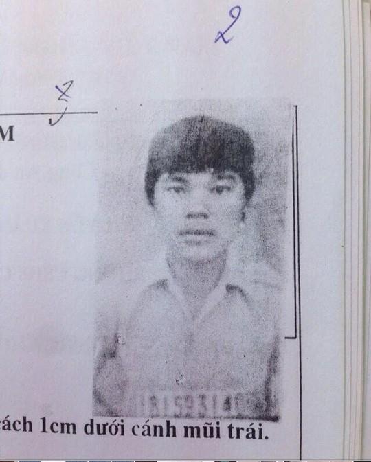 Bị bắt trước mặt vợ con sau 24 năm giết người - Ảnh 2.