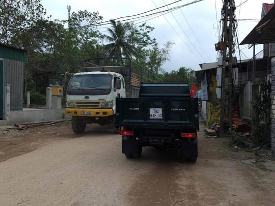 Những chiếc xe tải đi đường vòng để né trạm thu phí