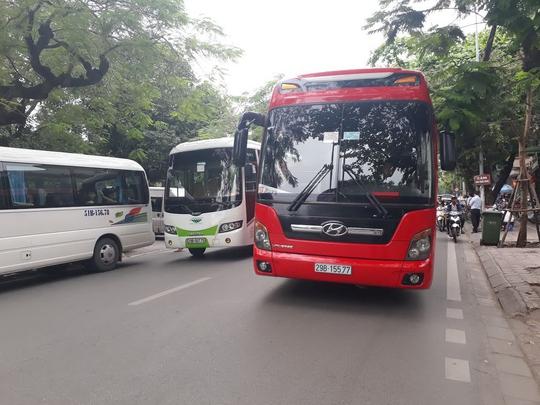 Nhiều xe hợp đồng du lịch hoạt động tại khu vực di tích Văn Miếu - Quốc Tử Giám