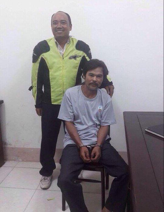 Bị bắt trước mặt vợ con sau 24 năm giết người - Ảnh 1.