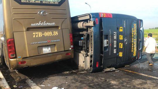 Hai xe khách cùng tông vào đuôi xe container phía trước, 1 xe bị lật
