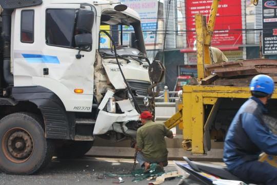 Lực lượng cứu hộ tách rời 2 xe, giải tỏa hiện trường