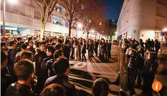 Cộng đồng người Trung Quốc sống tại Paris biểu tình đêm 27-3. Ảnh: SCMP