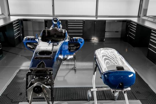 Chở trẻ sơ sinh bằng... công nghệ xe đua F1 - Ảnh 1.