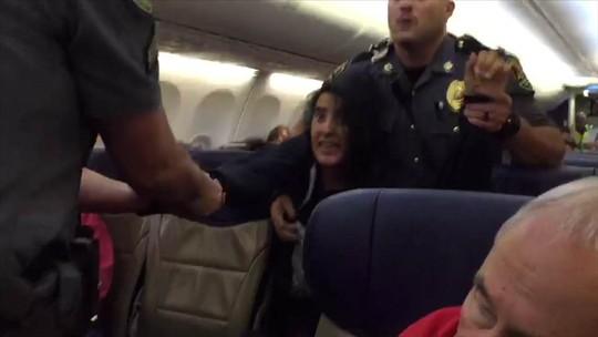 Mỹ: Cảnh sát dùng vũ lực ép nữ hành khách rời máy bay - Ảnh 1.