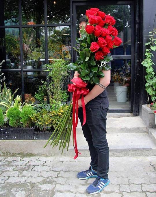 Nhiều người mua hoa hồng Ecuador tặng bạn gái dịp Valentine.
