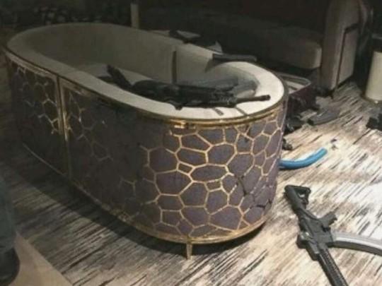 Súng ống vứt ngổn ngang trong phòng khách sạn của Paddock. Ảnh: ABC News