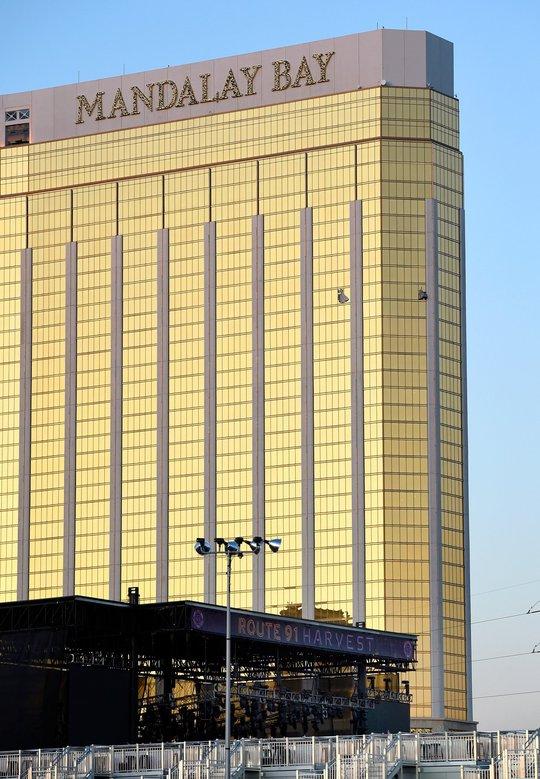 Hai cửa sổ phòng khách sạn của Paddock bị đập vỡ. Ảnh: AP