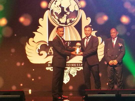 HLV Đức Chung, Văn Hậu và VFF nhận thưởng từ AFF - Ảnh 2.