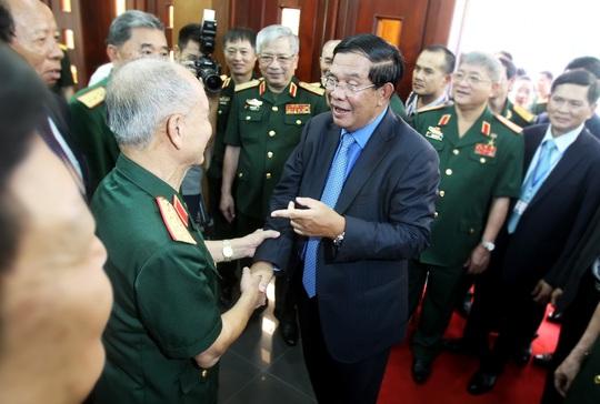 Tại Quân Khu 7, Thủ tướng Campuchia HunSen gặp lại Đại tướng Phạm Văn Trà, nguyên Bộ trưởng Bộ Quốc phòng, trong buổi gặp đại biểu cựu chiến binh quân tình nguyện Việt Nam làm nghĩa vụ quốc tế tại Campuchia. Ông đã dành hơn 1 giờ và nói chuyện bằng tiếng Việt để ôn lại kỷ niệm khi ở Việt Nam