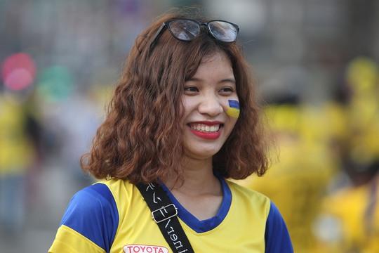 Nữ CĐV SLNA tươi cười trước trận đấu