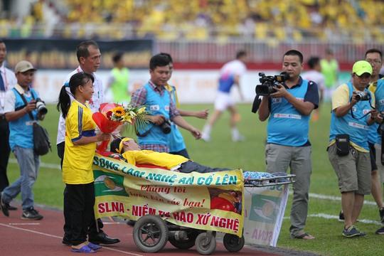 """CĐV """"đặc biệt"""" Nguyễn Bá Kỳ của SLNA bị liệt nửa người vẫn nằm xe khách gần 1.500 km từ Nghệ An vào TP HCM ủng hộ"""