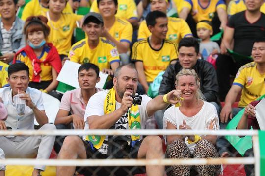 Một CĐV nước ngoài hào hứng ghi lại hình ảnh trước trận đấu.