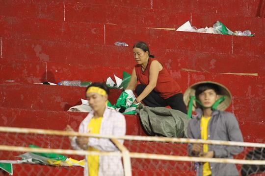 Những người dọn dẹp vệ sinh của sân Thống Nhất khá vất vả sau trận đấu này