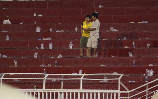 Rất nhiều ly nước bị các CĐV bỏ lại sau trận đấu