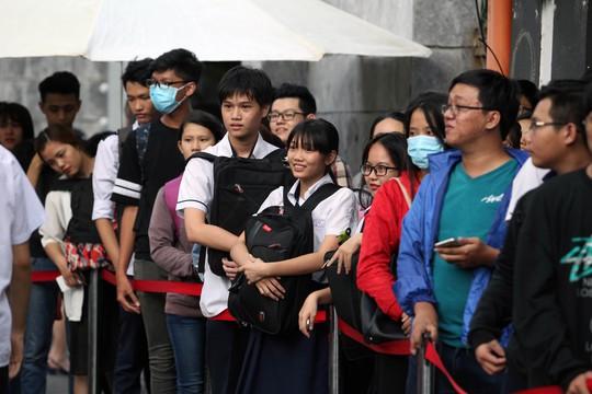 Nhiều học sinh sau giờ học cũng đến đây để đợi đến lượt