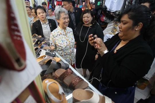 Tại đây bà dừng lại tại một cửa hàng giày dép khá lâu và trao đổi với những người đi cùng phái đoàn với mình.