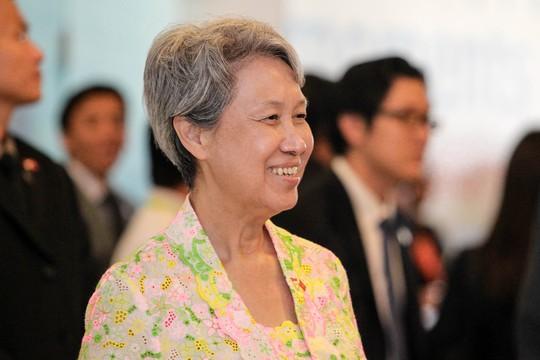 Phu nhân Thủ tướng Lý Hiển Long, bà Hà Tinh cũng xuất hiện cùng ông. Bà luôn tỏ ra vui vẻ, gần gũi với mọi người.