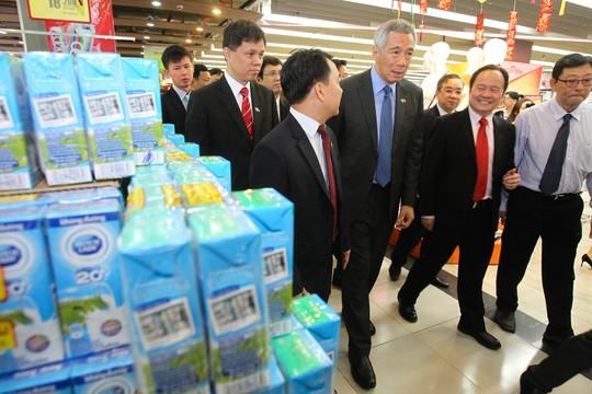 Thủ tướng Lý Hiển Long dành khá nhiều thời gian tham quan đại siêu thị