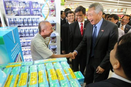 Ông vui vẻ bắt tay một khách hàng lớn tuổi khi người này nhận ra Thủ tướng Lý Hiển Long.