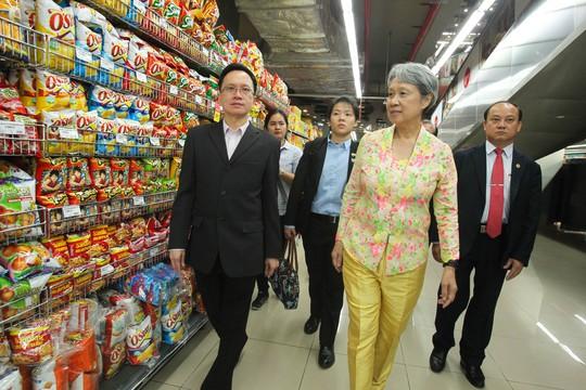 Trong khi đó, bà Hà Tinh lại tách đoàn để có thể tham quan trung tâm thương mại này dễ dàng hơn.