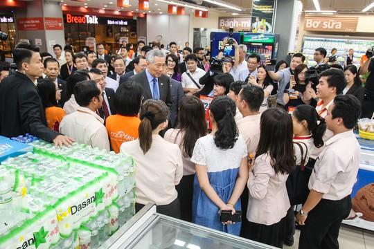 Trong chuyến tham quan, Thủ tướng Singapore còn vui vẻ nhận lời mới chụp ảnh lưu niệm cùng các nhân viên của Co.opXtra.