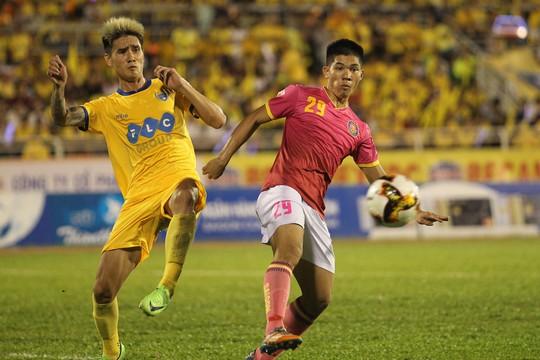 Thua Sài Gòn FC, CĐV Thanh Hoá ném pháo sáng xuống sân - Ảnh 1.