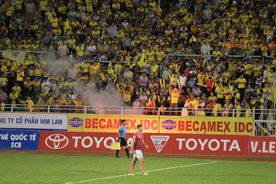 Thua Sài Gòn FC, CĐV Thanh Hoá ném pháo sáng xuống sân - Ảnh 3.