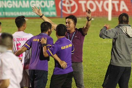 Thua Sài Gòn FC, CĐV Thanh Hoá ném pháo sáng xuống sân - Ảnh 7.