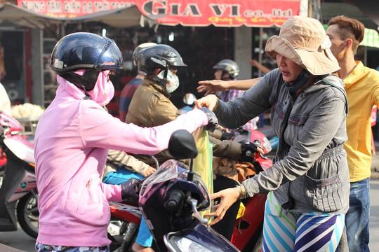 Các gian hàng bán cá lóc nướng tại khu vực đường Tân Kỳ Tân Quý (Quận Tân Phú, TP HCM) được xem là náo nhiệt.