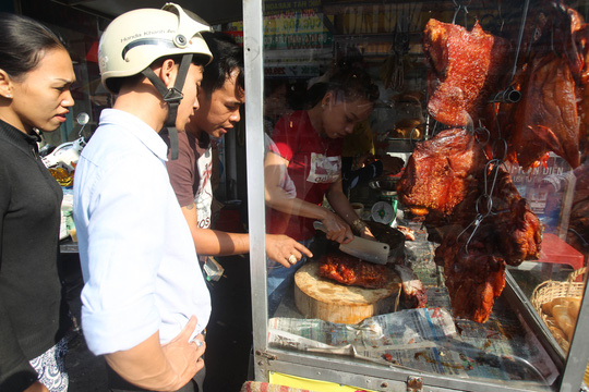 Thịt heo là một trong những lễ vật trong mâm lễ cúng Thần Tài. Từ sáng, nhiều người dân đã chen chúc tại các cửa hàng bán thịt heo quay để mua được loại ngon nhất.