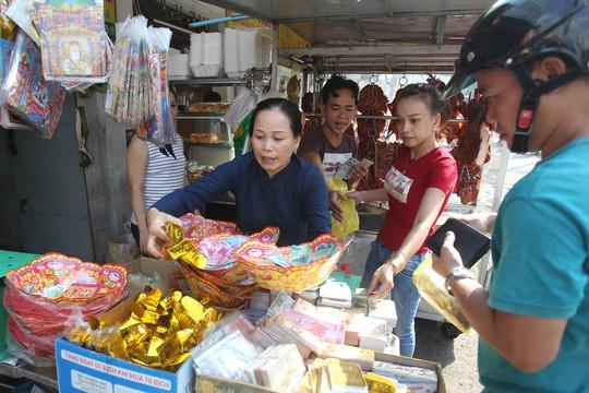 Ngoài cá lóc nướng và thịt heo quay, nhiều loại lễ vật khác cũng hút khách như vàng mã.