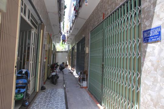 Hẻm 1806 đường Huỳnh Tấn Phát có hàng chục nhà siêu số gây không ít phiền toái. Muốn vào nhà nào thì chỉ có cách đi vào hẻm rồi vừa tìm vừa hỏi.